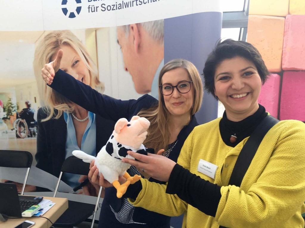 Katharina de Cruppé und Gisela Bhatti feiern die eierlegende Wollmilchsau der BfS