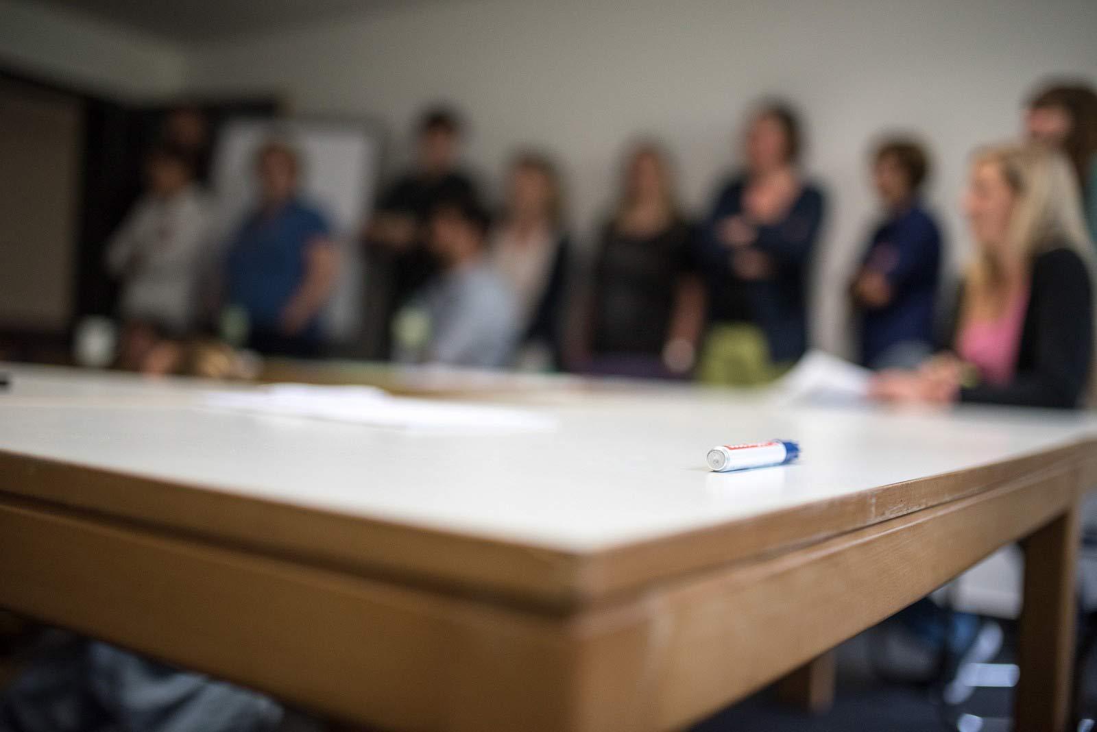 Stift auf Tisch in Seminarsituation