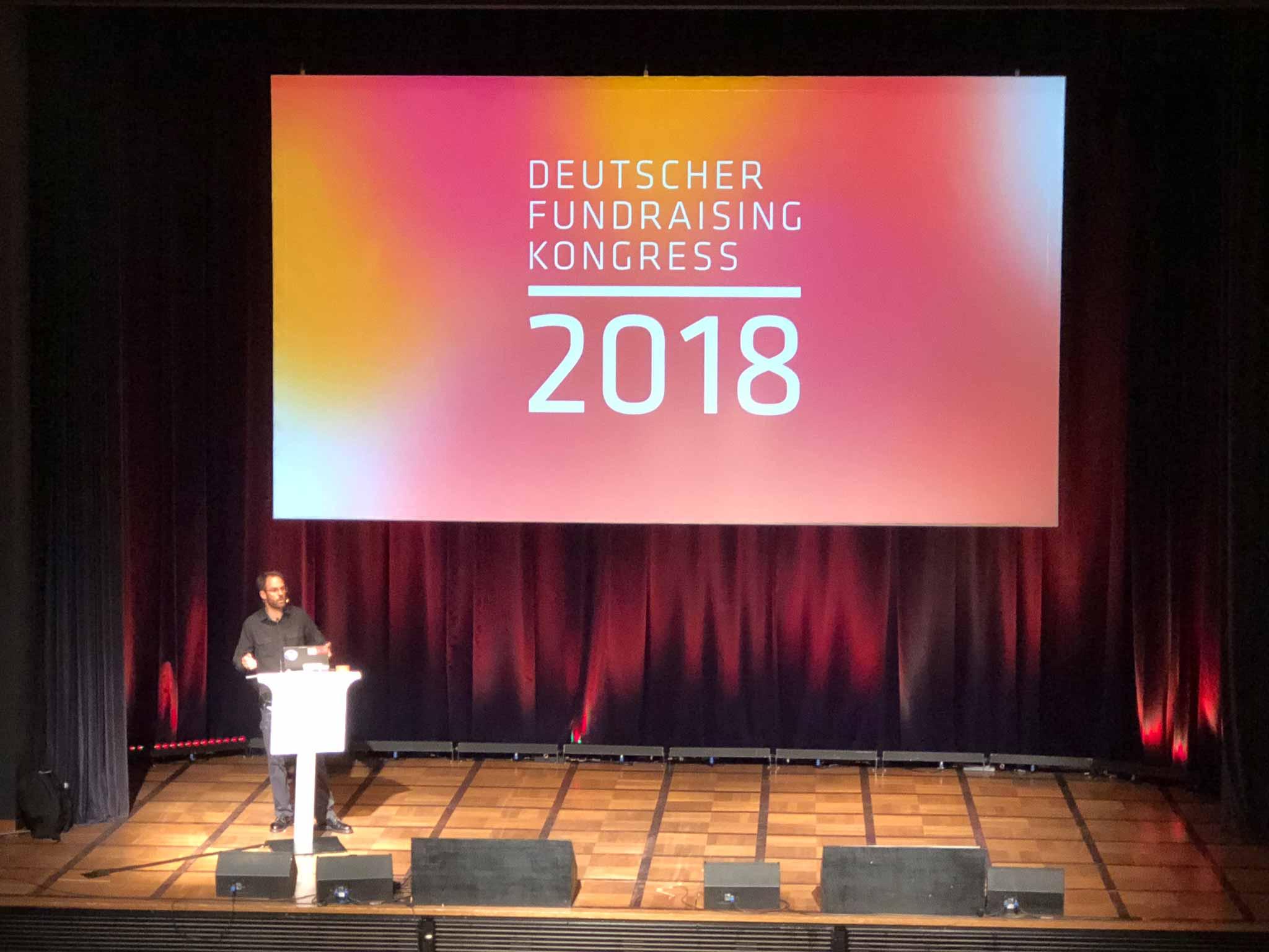 Daniel Domscheit-Berg eröffnet den Deutschen Fundraising Kongress 2018.